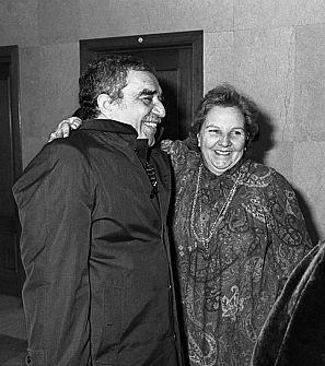 Carmen Balcells abraza a Gabriel García Márquez