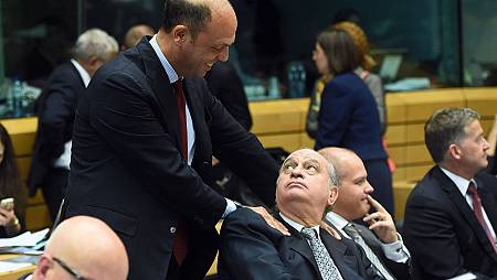El ministro del Interior de Italia, Angelino Alfano, saluda a su homólogo español, Jorge Fernández Diaz, este martes en Bruselas.