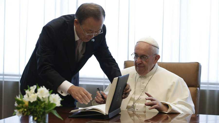 El papa Francisco firma en el libro de invitados junto al secretario general de la ONU, Ban Ki-moon durante su visita a las Naciones Unidas.