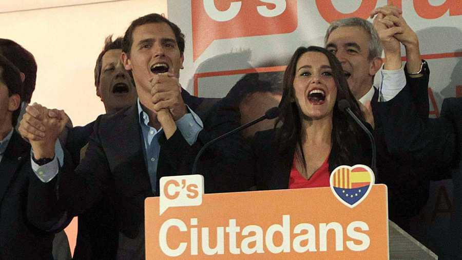 Inés Arrimadas (d) y el líder de Ciudadanos, Albert Rivera (i) celebran los resultados obtenidos.