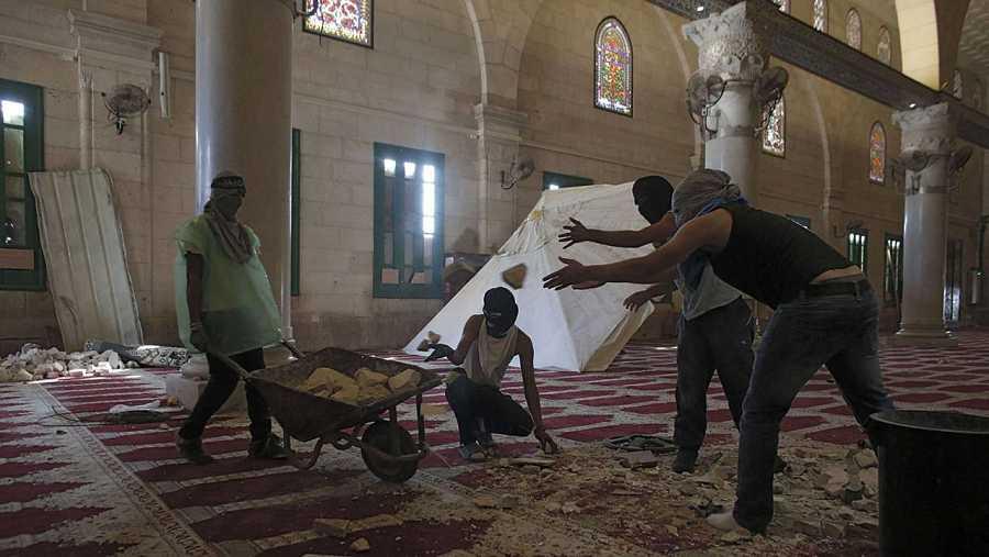 Jóvenes palestinos se preparan para resistir ante la Policía en el interior de la mezquita de Al Aqsa, en Jerusalén