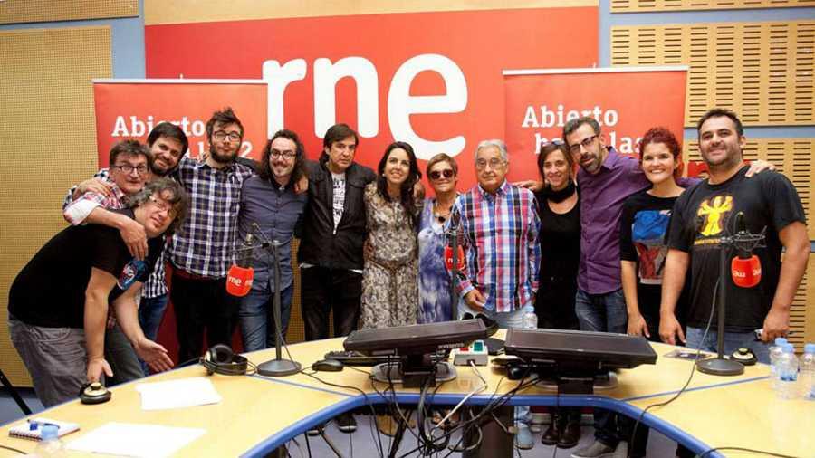 El cantante extremeño, con todo el equipo del programa