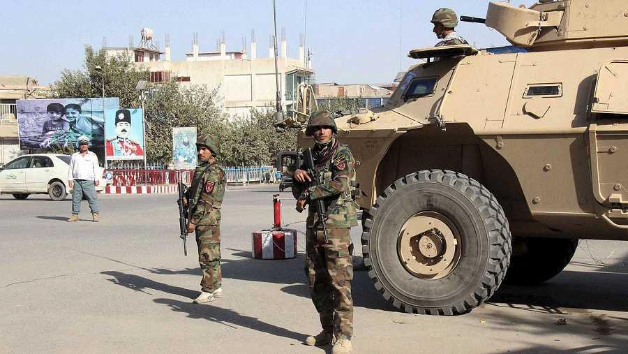 Soldados afganos en Kunduz, durante la ofensiva de los talibanes en la ciudad del norte de Afganistán. REUTERS