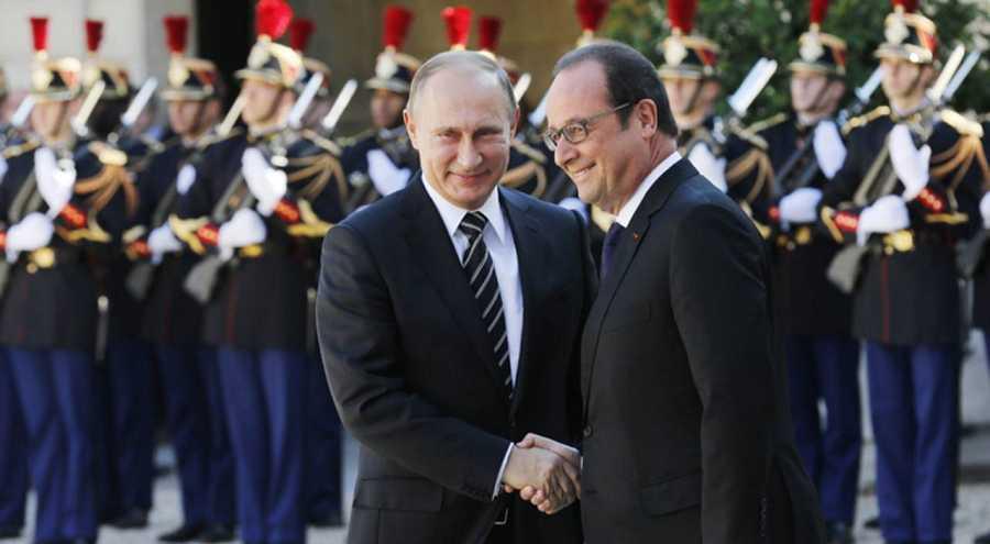 El presidente francés François Hollande estrecha la mano de su homólogo Vladimir Putin este martes en el Elíseo