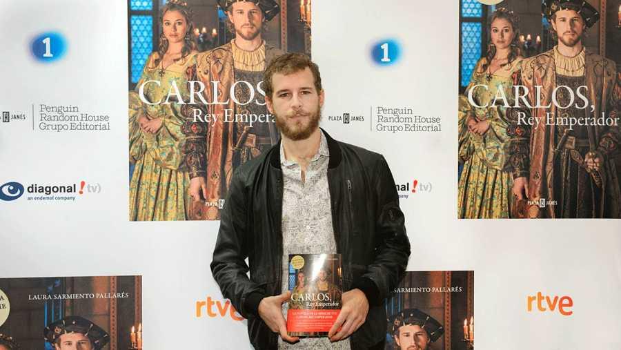 Álvaro Cervantes aparece en la portada de 'Carlos, Rey Emperador'