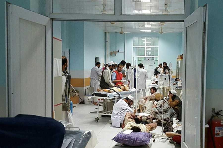 Un equipo de Médicos Sin Fronteras trata a un grupo de civiles heridos en su hospital de Kunduz.