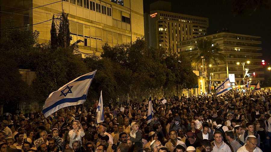 Manifestación de la derecha israelí frente a la residencia del primer ministro, Benjamín Netanyahu, en Jerusalén, el 5 de octubre. REUTERS/Ronen Zvulun