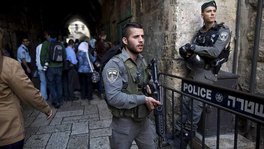 Policías de fronteras israelíes en Jerusalén, en el lugar en el que una mujer palestina ha acuchillado a un hombre