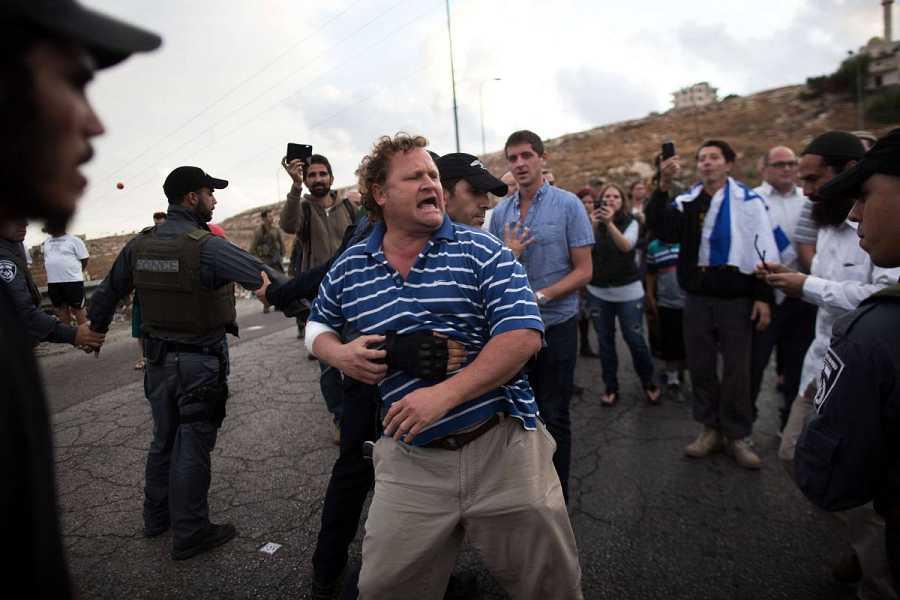 La policía israelí impide a colonos judíos entrar en la ciudad de Beit Sahour, en Cisjordania, durante una protesta.