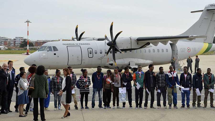 El grupo de refugiados eritreos trasladados de Italia a Suecia posa para la foto en el aeropuerto de Ciampino, Roma, el 9 de octubre de 2015. AFP PHOTO / ANDREAS SOLARO