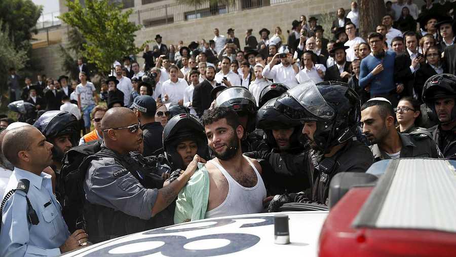 La Policía israelí detiene a un palestino sospechoso de acuchillar a un joven en Jerusalén, el 9 de octubre de 2015. REUTERS/Baz Ratner