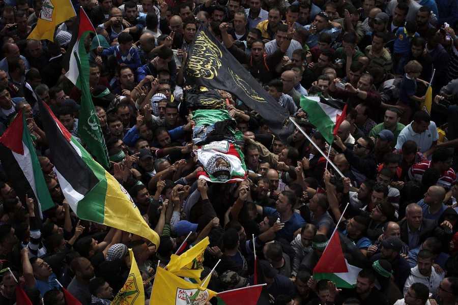 Funeral por Muhamad Halabi en Surda, cerca de Ramala. Halabi mató supuestamente a dos israelíes en la Ciudad Vieja de Jerusalén el 3 de octubre, antes de ser abatido. AFP PHOTO / ABBAS MOMANI