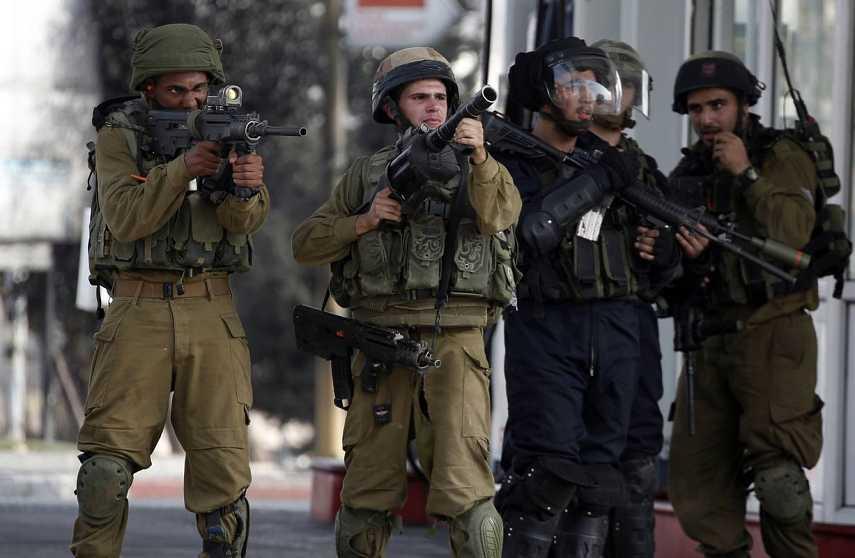 Las fuerzas de seguridad israelíes guardan la posición en un enfrentamiento con palestinos en Ramala