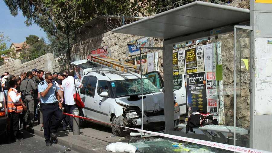 Fuerzas de seguridad israelíes inspeccionan el lugar de un atropello deliberado en Jerusalén. AFP/Gil Cohen-Magen