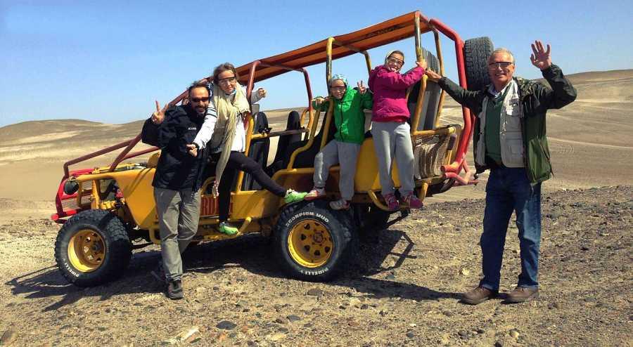 La familia al completo. Adrenalina a tope en el desierto de Huacachina, descendiendo en buggie
