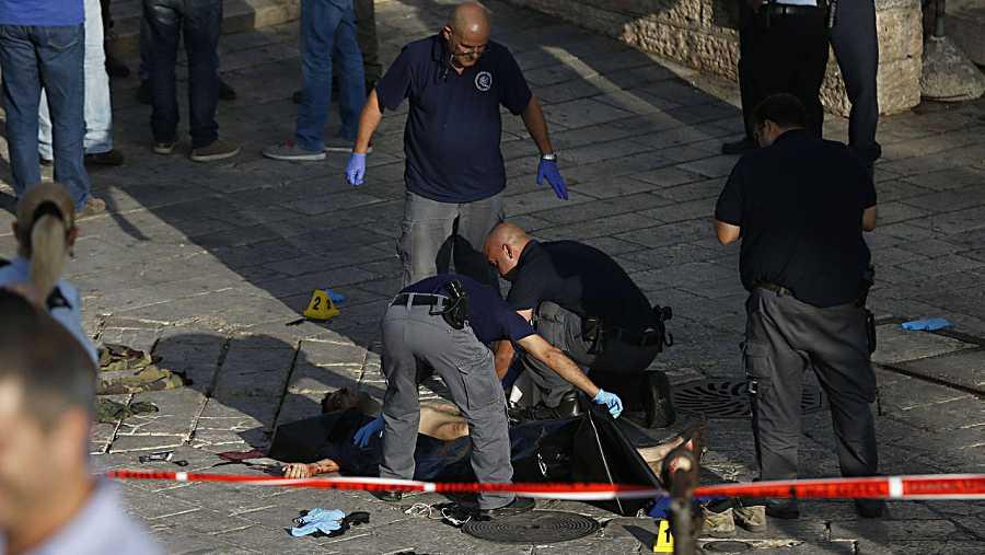 Los servicios de emergencia certifican la muerte del palestino abatido por las fuerzas de seguridad israelíes en Jerusalén Este