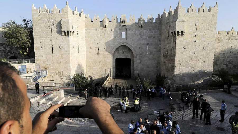 Puerta de Damasco, en la Ciudad Vieja de Jerusalén. Policías israelíes inspeccionan el cuerpo de un palestino abatido cuando intentaba, supuestamente, acuchillar a un agente