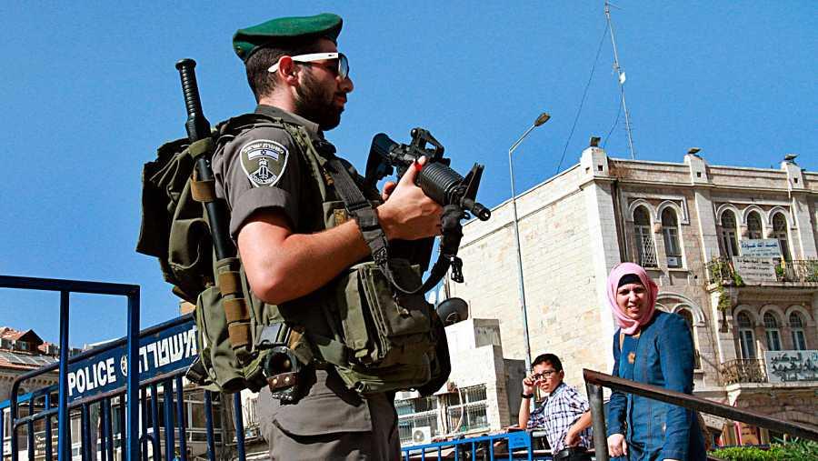 Un policía fronterizo de Israel vigila la puerta de Damasco, que da acceso a la Ciudad Vieja de Jerusalén