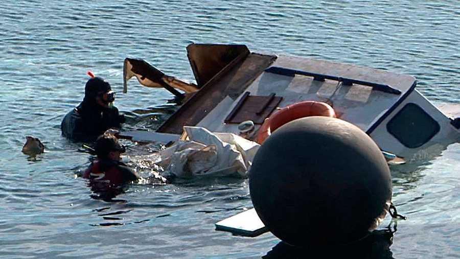 Los buzos de rescate junto al barco naufragado en Lesbos, en el que viajaban 39 inmigrantes