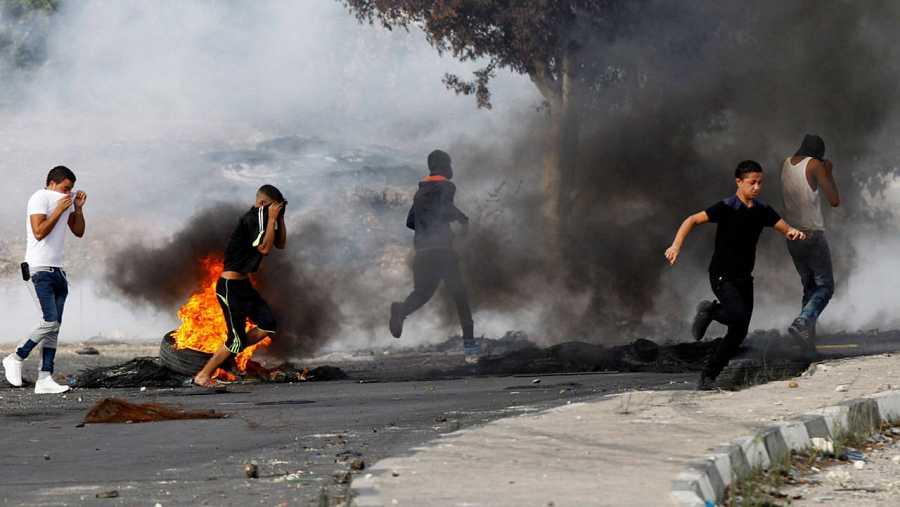 Varios palestinos se enfrentan a policías israelíes en el punto de control de Howara, cerca de la ciudad cisjordana de Nablus.