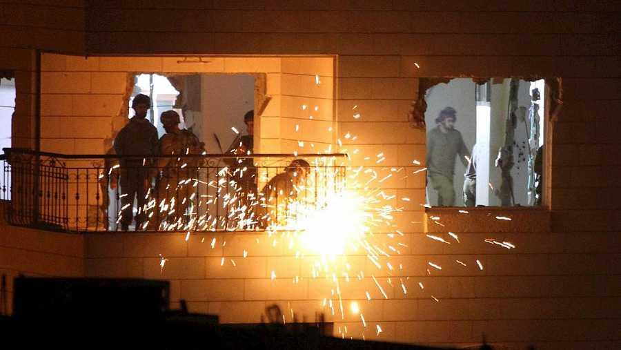 Soldados israelíes destruyen el interior del apartamento de Maher al-Hashlamun, un palestino condenado por el asesinato de una colona judía en 2014, en Hebrón, el 20 de octubre de 2015. AFP PHOTO/HAZEM BADER