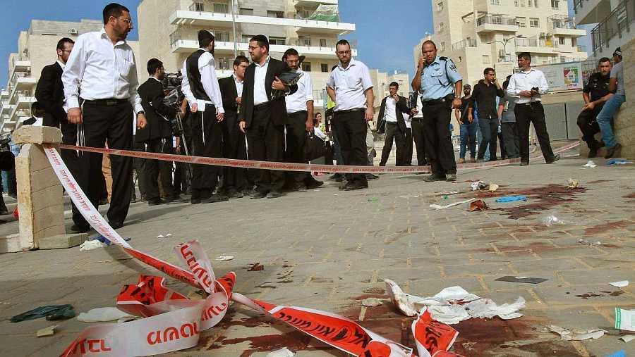 Judíos ultraortodoxos en el lugar en el que supuestamente dos palestinos han apuñalado a un israelí en la localidad de Bet Shemesh, al oeste de Jerusalén. AFP PHOTO / GIL COHEN-MAGEN
