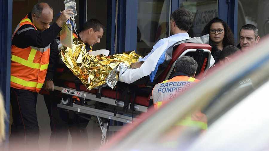 Miembros de la Policía y equipos de emergencias en Puisseguin, cerca de Libourne, en el suroeste de Francia. AFP/Mehdi Fedouach