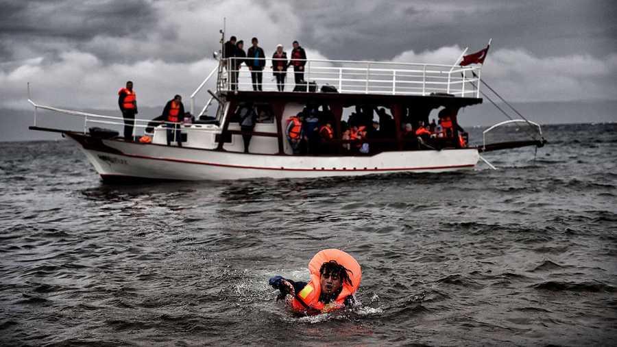 Un refugiado nada hacia la costa de Lesbos procedente de Turquía