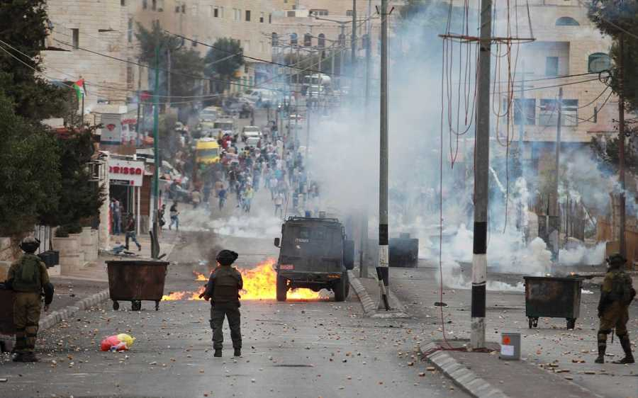 Un jeep israelí es alcanzado por un cóctel molotov lanzado por los palestinos en Belén