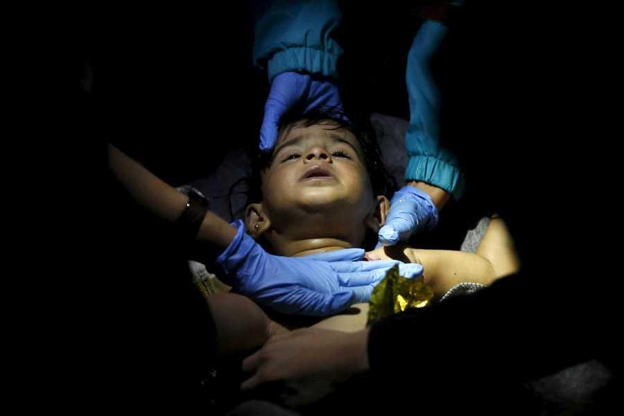 Los paramédicos atienden a uno de los niños pequeños rescatados en Lesbos.