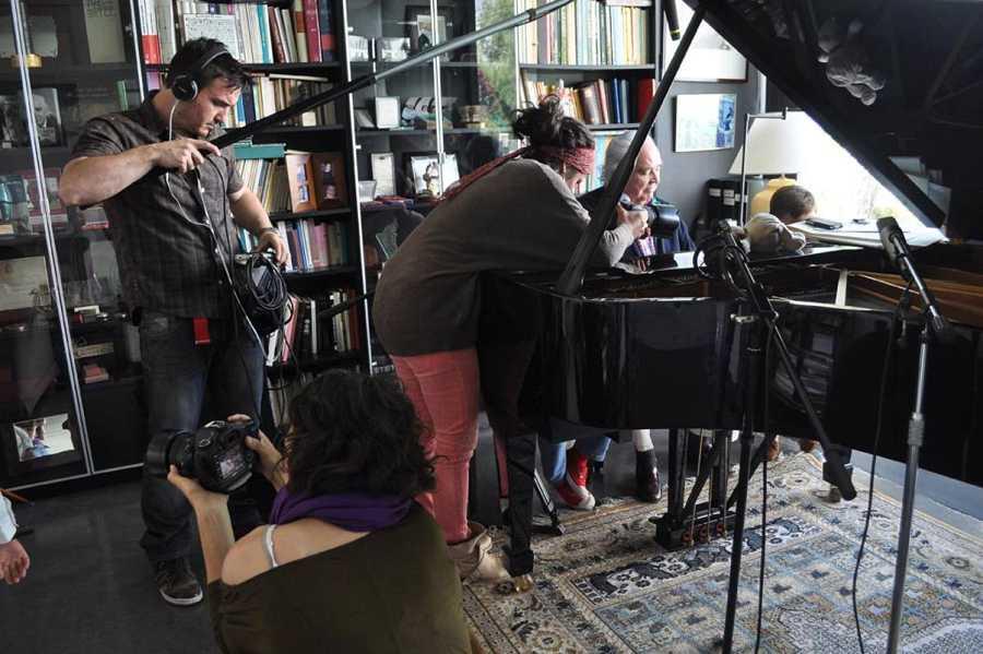 El compositor Antón García Abril, creador de melodías de televisión reconocidas por todo el público, durante la grabación del documental