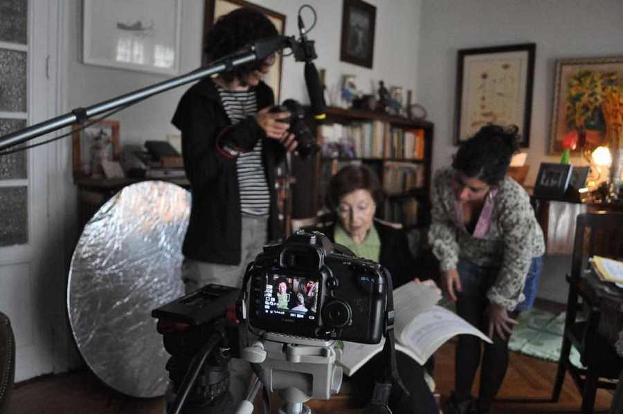 Observando las partituras de Antón García Abril, durante la grabación del documental