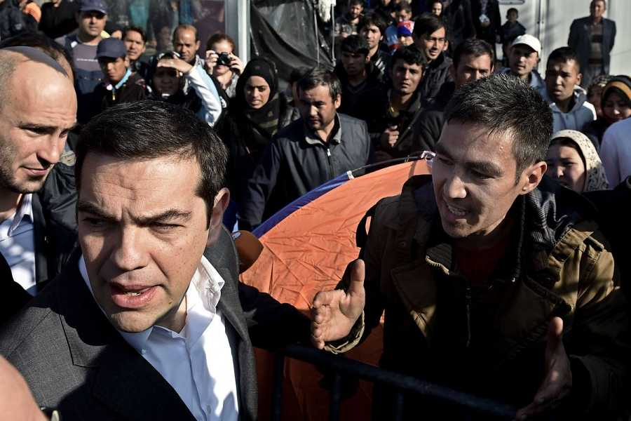 El afgano Ali Ahmed, de 26 años, se queja a Alexis Tsipras durante la visita del primer ministro griego a la isla de Lesbos.