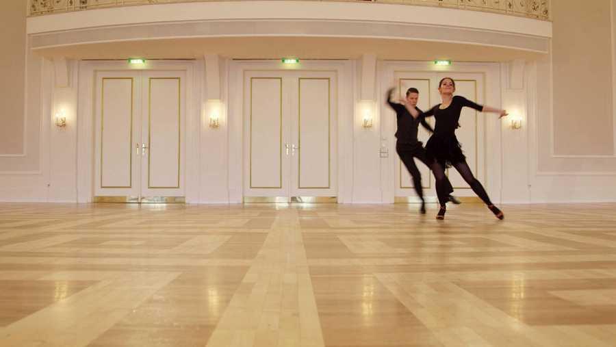 Chris Holezik y Eva Fus bailan uno de los valses más conocidos de 'El caballero de la rosa'