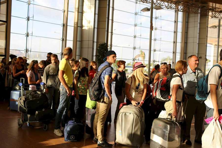 Turistas rusos y británicos hacen cola para tomar un vuelo en el aeropuerto de Sharm el Sheij