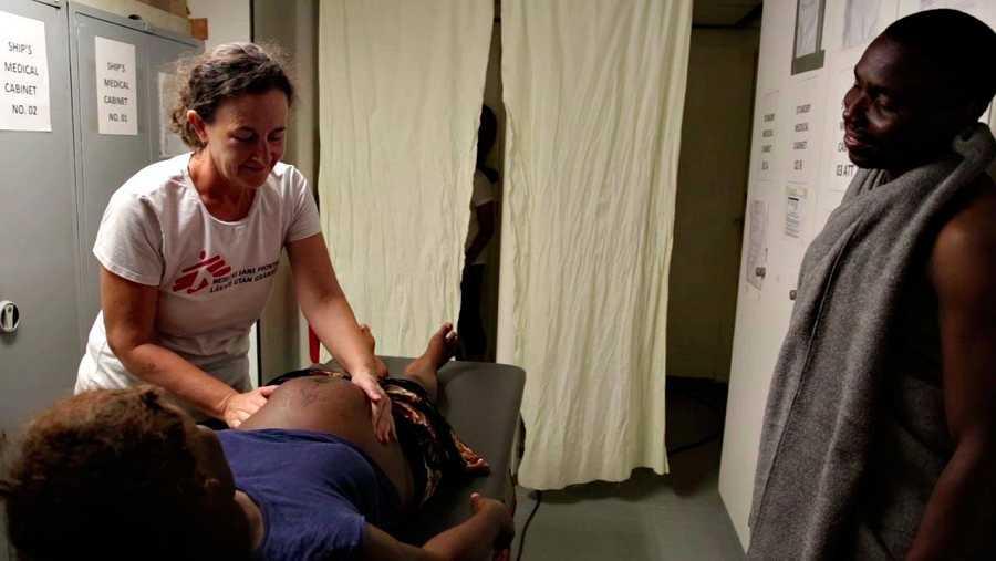 Christiana es atendida de su embarazo a bordo del barco