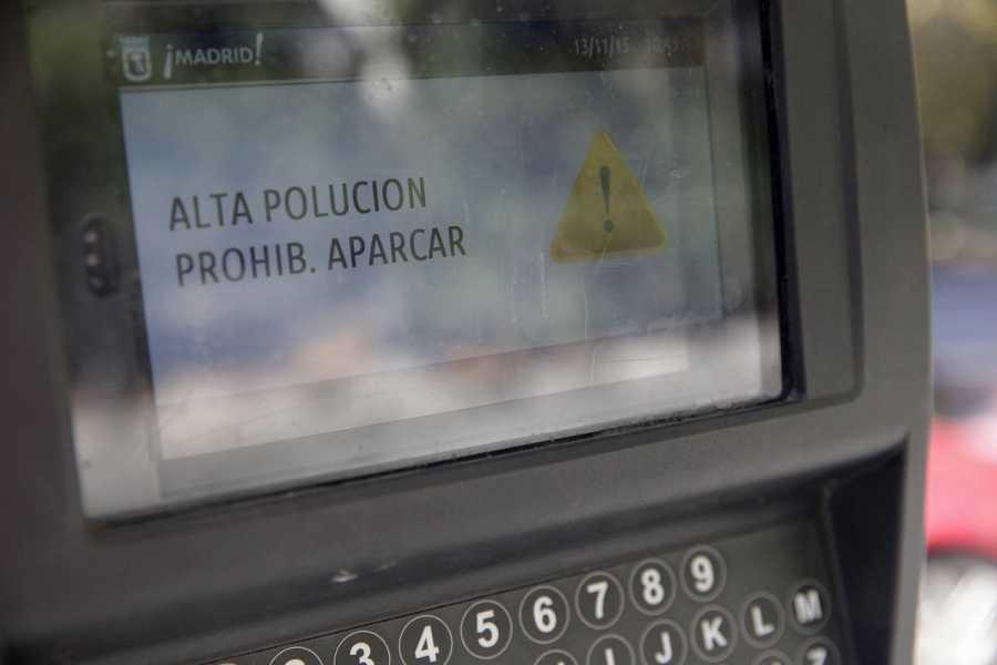 Mensaje que indica la prohibición de aparcar por alta polución