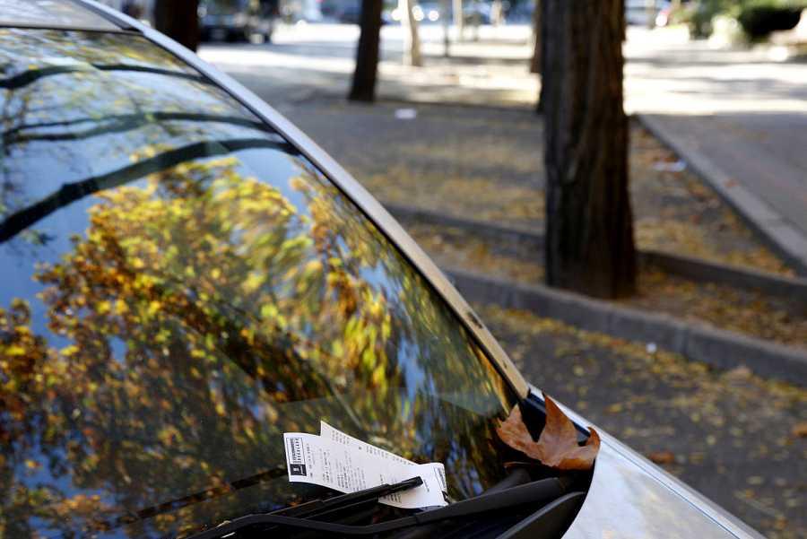 Un coche ha sido sancionado por incumplir la norma de no estacionar