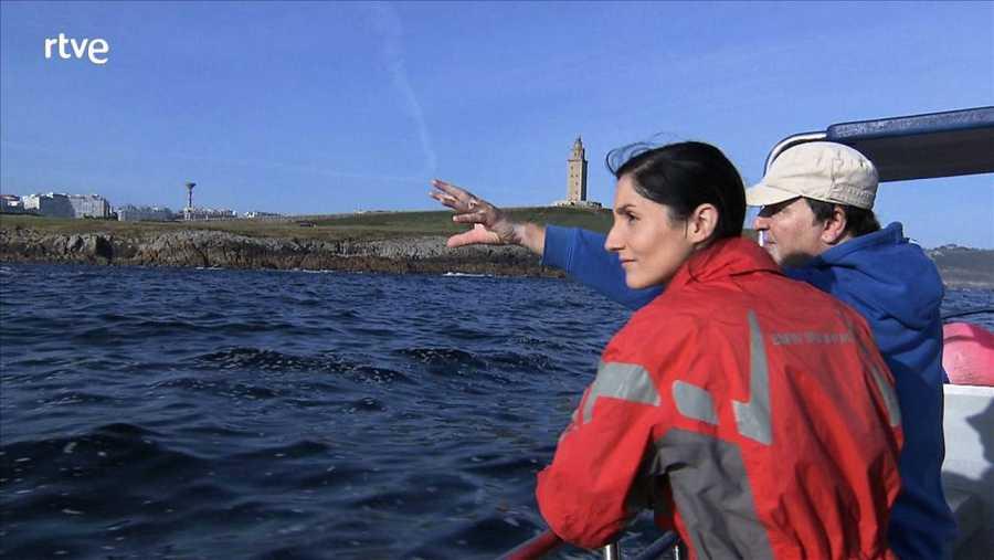 Clara Peñalver, con el Faro de la Torre de Hércules al fondo
