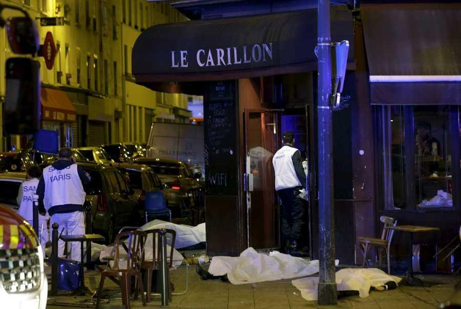 Los cuerpos de varias personas yacen fuera del restaurante Le Carillon donde ha habido un tiroteo