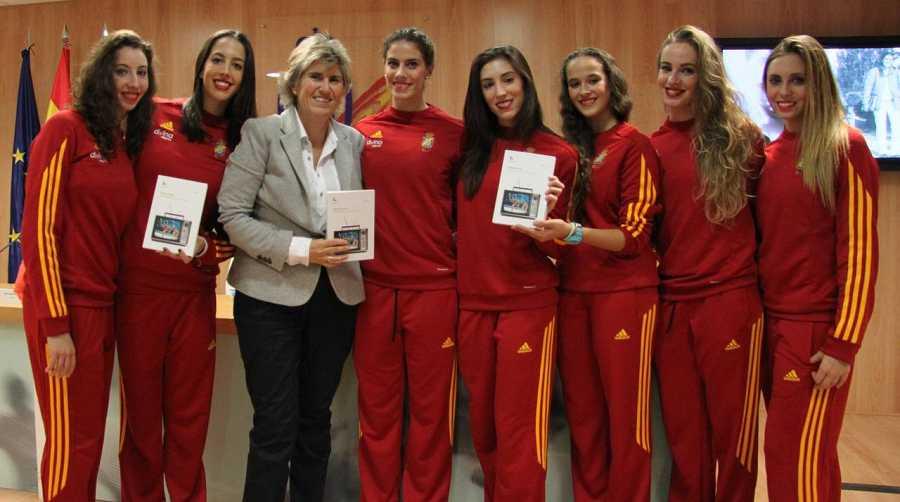 El equipo español de Gimnasia Rítmica acompañó a la galardonada en el acto.
