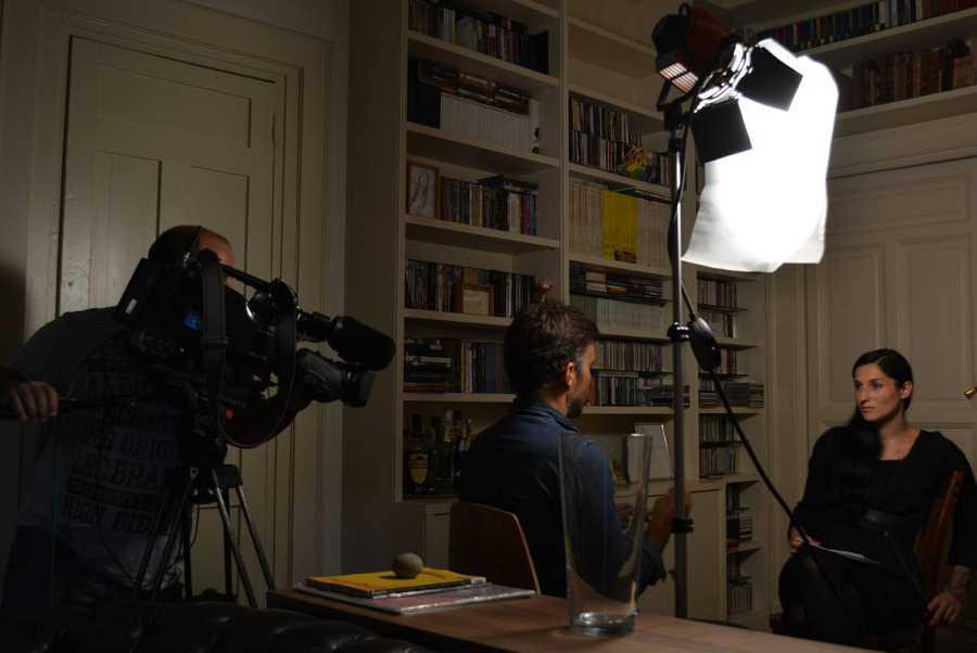 La presentadora de 'La mitad invisible', Clara Peñalver, durante la grabación de 'La mitad invisible'