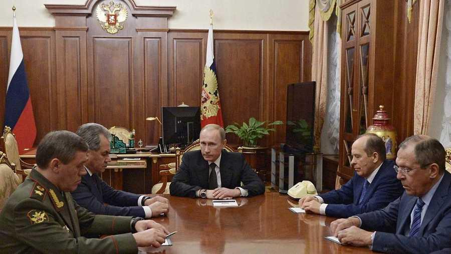 El presidente ruso, Vladímir Putin, se reúne con su gabinete de seguridad para discutir los resultados de la investigación sobre el derribo de un avión ruso sobre el Sinaí, el 17 de noviembre de 2015. AFP PHOTO / SPUTNIK / ALEXEI NIKOLSKY