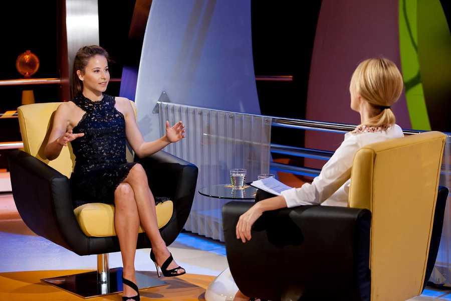 La actriz Irene Escolar viene al plató de 'Atención obras' para hablar con Cayetana Guillen Cuervo de sus dos últimos trabajos