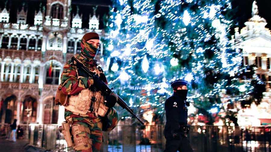 Un soldado monta guardia y un policía patrulla en la Grand Place de Bruselas