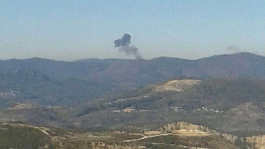 Columna de humo en el lugar en el que ha caído el avión ruso SU-24, en el norte de Siria. REUTERS/Sadettin Molla