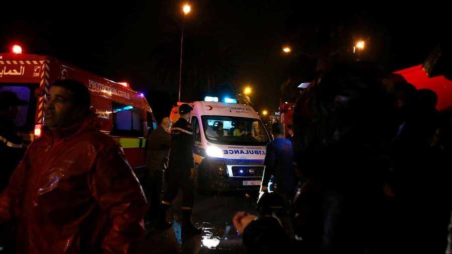Los servicios de emergencia acuden al lugar del atentado contra un autobús de la guardia presidencial de Túnez