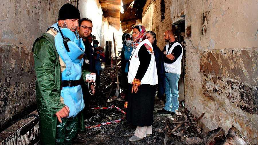 Personal de Médicos sin Fronteras en uno de los pasillos del hospital bombardeado en Kunduz, un mes después del ataque