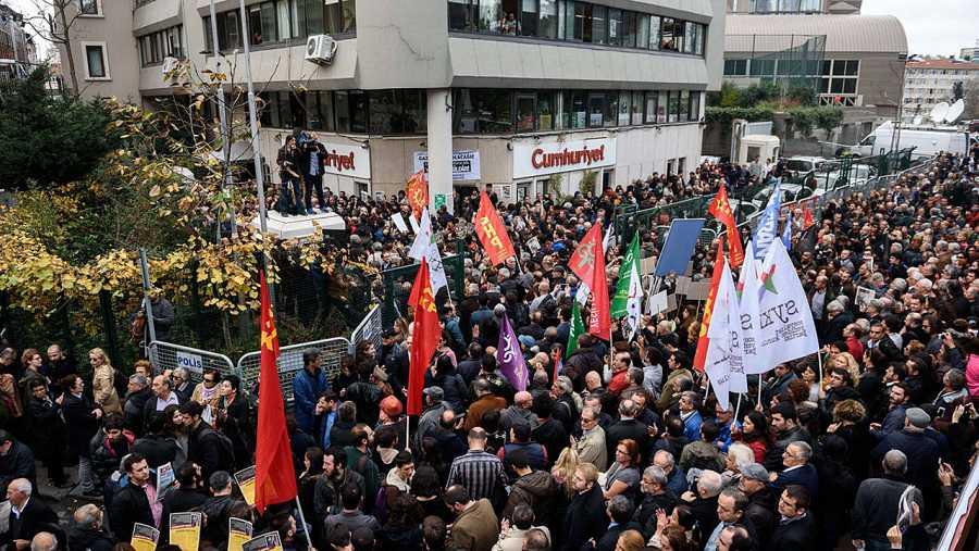 Protestas frente a la sede del diario Cumhuriyet tras conocerse los arrestos de Can Dündar y Erdem Gül