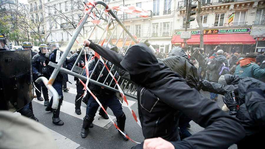 Los manifestantes se enfrentan contra los antidisturbios en la Plaza de la República